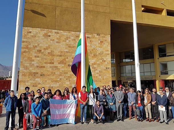municipalidad-de-antofagasta-izo-banderas-de-la-diversidad-y-trans-en-dia-contra-la-homofobia-y-transfobia