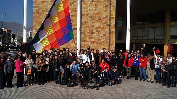 municipalidad-izo-bandera-whipala-en-dia-nacional-de-los-pueblos-indigenas